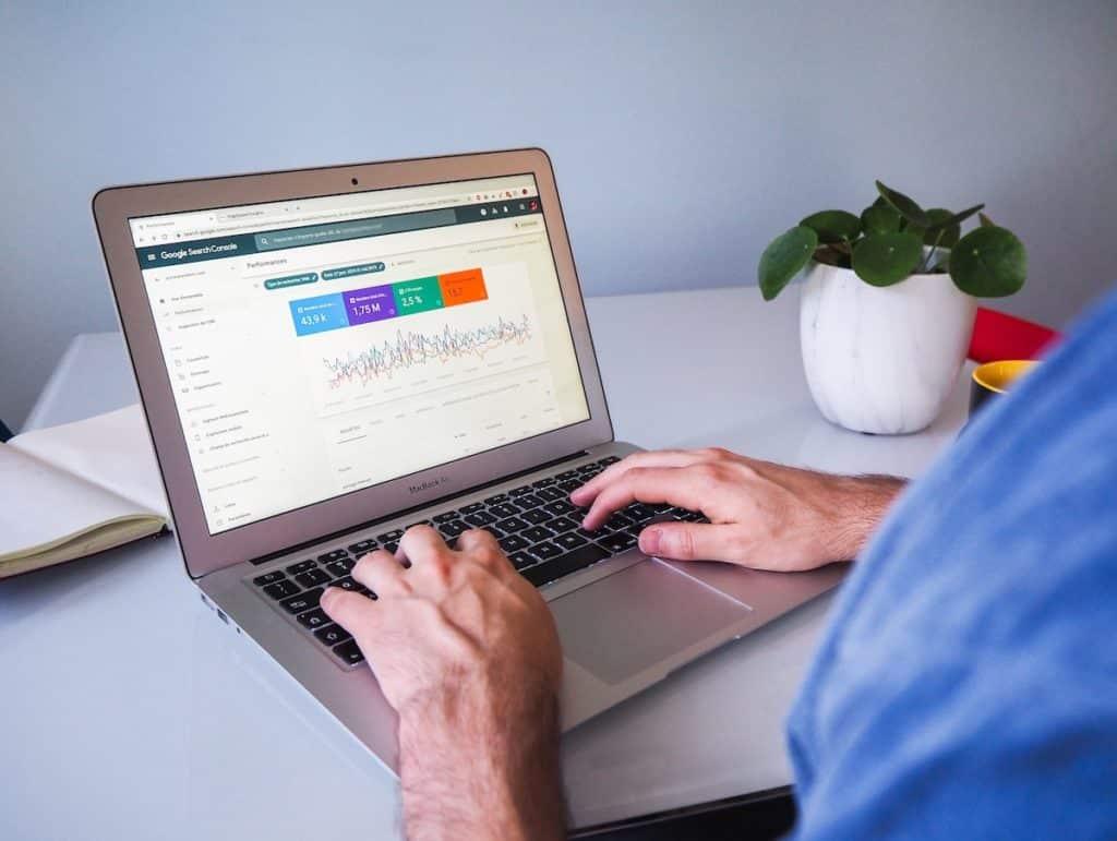 Mitarbeiter am PC Google Analytics